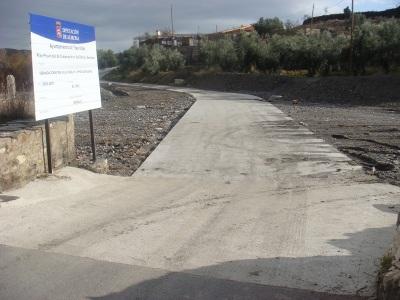 Los vecinos de la barriada de la Mosca, ya disponen de un paso hormigonado para cruzar el rio Nacimiento y en breve se construira un puente peatonal